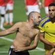 A fan attacks Maccabi Tel Aviv's Eran Zahavi during the Tel Aviv derby.